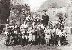 Die Mandolinengruppe und das Mädel-Terzett im Jahre 1951 vor dem Schloss in Harzgerode. Foto: Sammlung Loch