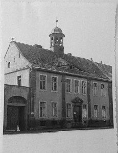 Haus der früheren A.-M.-Stiftung, Abbildung von 1957 rechts: Vorstellung der Wohlfahrtsstiftung Nienburg (Der Saalekurier, H. 10/2010); Stadtarchiv Nienburg/ Saale