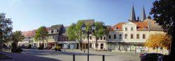 Westseite des Marktplatzes in Calbe/ Saale. Hier fanden die Kundgebungen am 26. März und 6. August 1848 statt. Foto: H.-D. Steinmetz