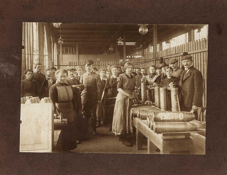 Granatenproduktion in der Maschinenfabrik Dehne in der hallischen Schimmelstraße. Ein Großteil der Belegschaft sind bereits Frauen, Foto 1916 oder 1917; Slg. W. Müller