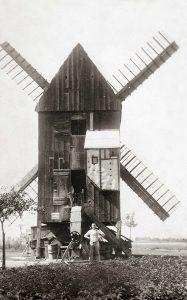 Bild 5: Mühle Frenz mit Müllermeister Friedrich Voigtjr. im Jahr 1925; Foto:  Archiv der Fam. Grabo und Pohle