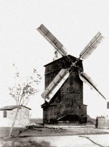 Bild 7: Die damals nagelneue Paltrockwindmühle Frenz 1947, links daneben das kleine Gebäude mit dem Dieselaggregat; Foto: Historisches Museum und Bachgedenkstätte Köthen