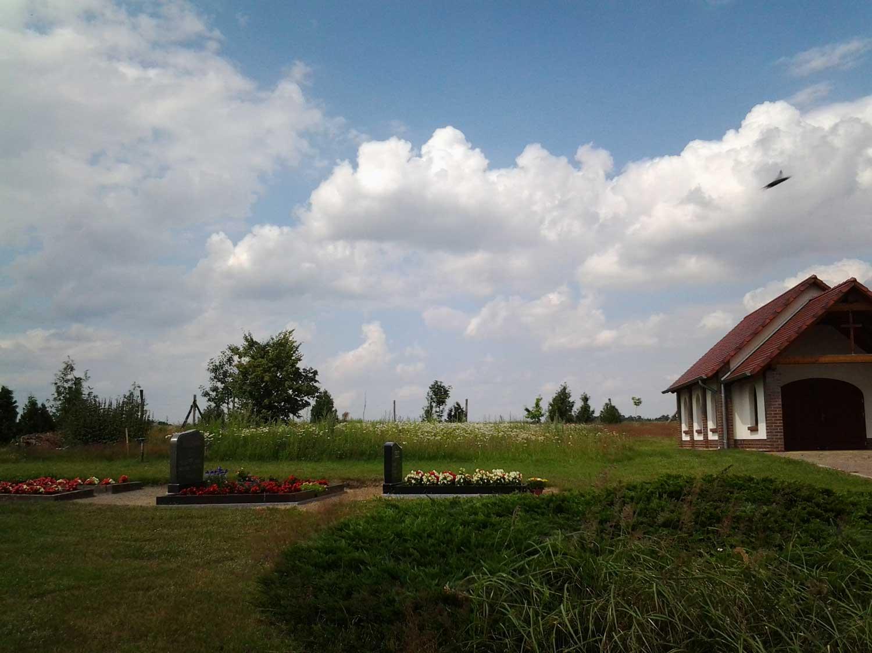 Klassischer Friedhof mit Blühwiesenansaat im Hintergrund, Altmark; Foto: H.-J. Döring, Bildquelle: Lothar-Kreyssig-Ökumenezentrum