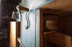 rückseitige Antriebskurbel und Blick in den Mechanismus. Foto: Matthias Behne, behnelux gestaltung