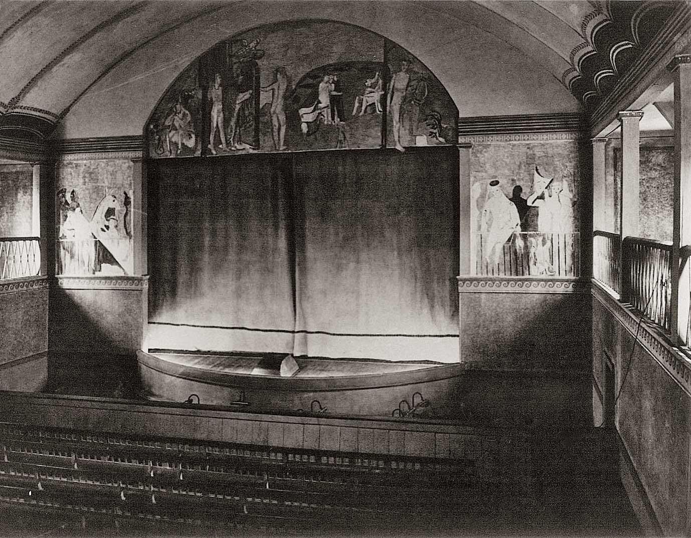 Die von Charles Crodel gestaltete Bühnenwand. Foto: Historische Kuranlagen und Goethe-Theater Bad Lauchstädt