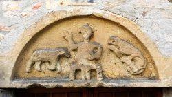 Romanisches Tympanon über dem Eingang der Kirche, Foto: Mike Leske