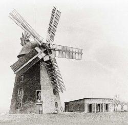 Bild 11: Flechtingen, historische Turmwindmühle mit fünf Flügeln; Slg. T. Neitzel, Wolmirstedt