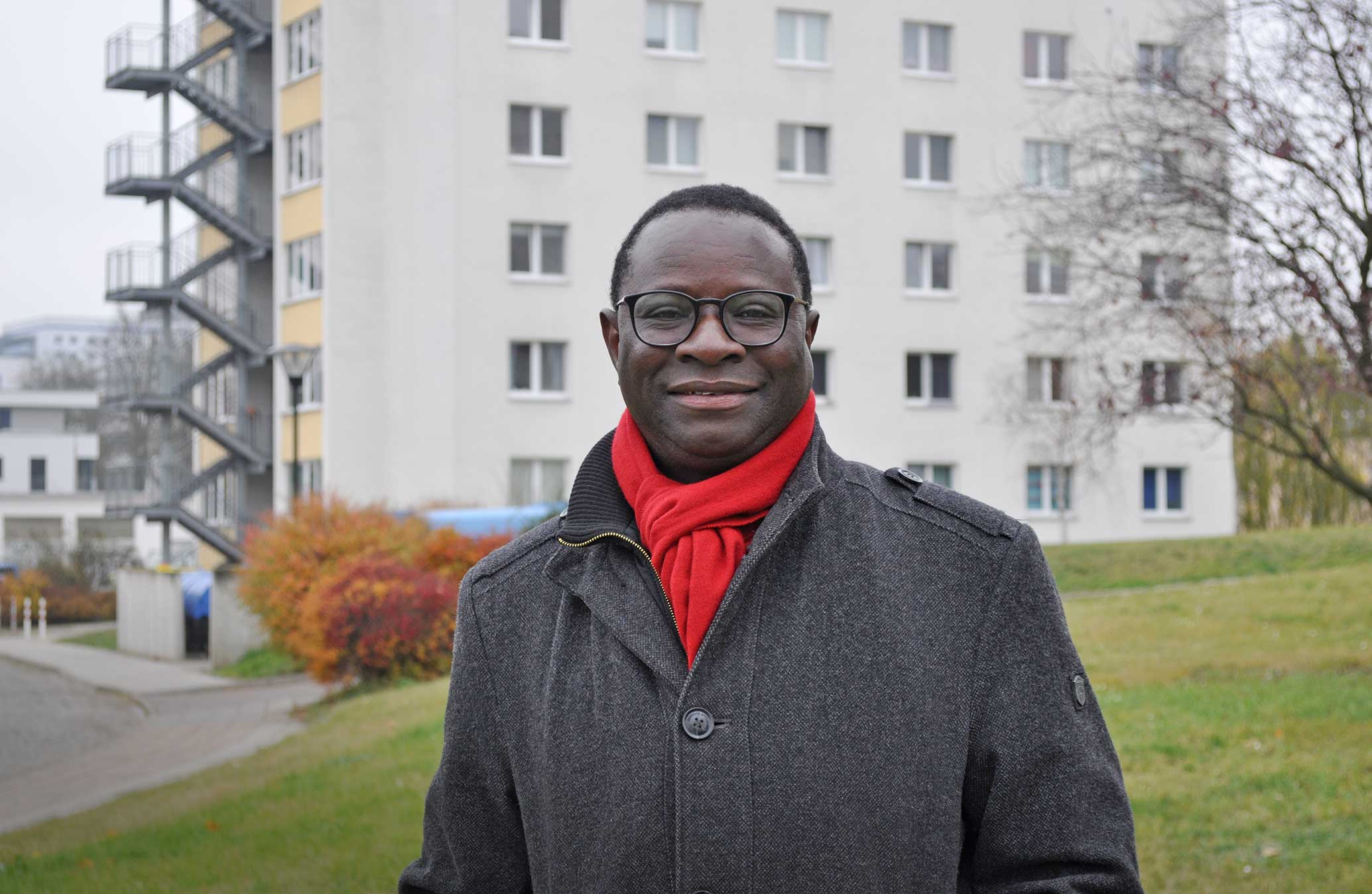 Dr. Karamba Diaby vor seinem ehemaligen Wohnheim am Weinberg-Campus Halle; Foto: J. Palatini