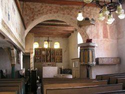 Kirche Henningen, Blick in den Altarraum mit den drei Fenstern im Ostabschluss. Foto: Ulf Frommhagen