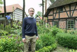 Dr. Jochen Alexander Hofmann im Bauerngarten. © Matthias Behne, behnelux.de