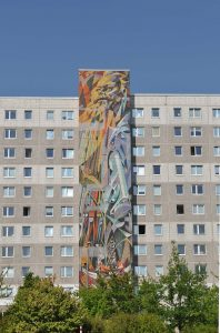 """Wandbild """"Die Einheit der deutschen Arbeiterklasse als Voraussetzung für das Wirksamwerden ihrer Schöpferkraft und Gründung der DDR"""" in Halle Neustadt, José Renau, 1974, Majolikmalerei © John Palatini"""