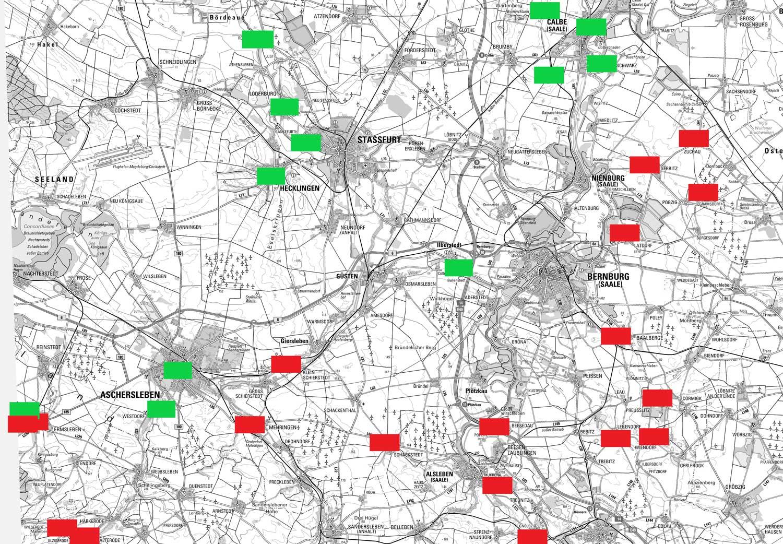 Bauernsteine (rot) und Tie-Plätze (grün) im Salzlandkreis. Abbildung © DTK100 © GeoBasis-DE/ LVermGeo LSA, 2017 Es gelten die Nutzungsbedingungen des LVermGeo LSA– bearbeitet von Martin Beitz