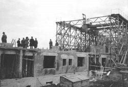 """Abb. 5: """"Merseburger Bauschiff"""" bei der Errichtung der Gagfah-Siedlung, 1928-30. Repro im Kulturhistorischen Museum Schloss Merseburg."""