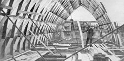 Abb. 3: Die Errichtung des wohl ersten Lamellendaches im Merseburger Ulmenweg, 1922. In dieser Erprobungsphase waren die Bretter noch an beiden Längsseiten gekrümmt geschnitten, Repro: Kulturhistorisches Museum Schloss Merseburg.