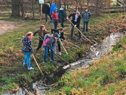 """Kinder der 4. Klasse der Grundschule """"Thomas Müntzer"""" in Kötzschau  (Stadt Leuna beim Schauflößen am Welttag des Wassers 2019). Foto: Frank Thiel"""