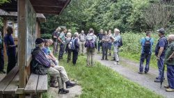 Grenzwanderung mit Lothar Engler, 4.v.r. am ehem. Altfelder Krug. Foto: Wolfgang Roehl