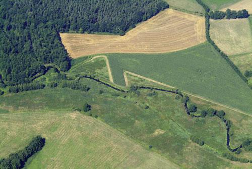 Naturnaher Verlauf der Dumme direkt im Grünen Band zwischen Altmark (unterhalb des Gewässers) und Wendland oberhalb des Gewässers). Foto: Klaus Leidorf