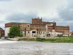 Bild 13 Blick auf die denkmalgeschützten Fabrikgebäude 2004. Foto: Harald Tandler