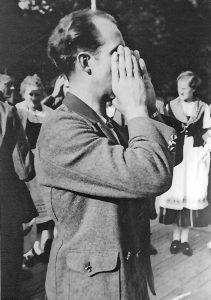 Der Meisterjodler von 1925 K. Ungewitter (*1905) benutzte beim Jodeln die Hände als Schalltrichter (Foto H. Wille).