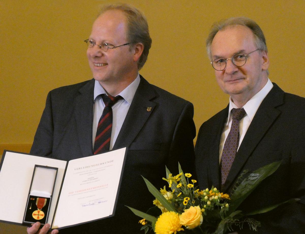 Gratulation des Ministerpräsidenten in der Staatskanzlei zur Verleihung der Verdienstmedaille. Foto: E. Rummel privat.