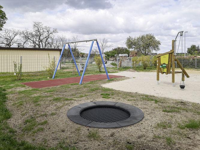 """Die neuen Spielgeräte auf dem Spielplatz. Der einzige, der sich über die """"Ruhe"""" gefreut hat, ist der neu eingesäte Rasen. Foto: Christin Voigt"""