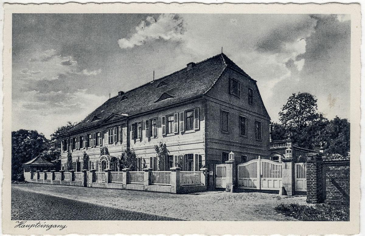 """Das ehemalige Gasthaus (Ansichtskarte, 1913, Sammlung, B. Berger) Hier befanden sich bis 1900 die Wohnung des leitenden Arztes sowie Krankenzimmer der """"Privat-Heilanstalt Carlsfeld""""."""