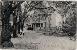 Pferdestall und spätere Unterkunft für weibliche Patienten (links) und Gasthaus (rechts) (Westansicht, Ausschnitt einer Ansichtskarte, um 1900, Sammlung B. Berger)