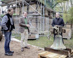 Jochen Alexander Hofmann – Landrat Michael Ziche (v.l.) bei der Abnahme der Glocke in Chüden im November 2019 Foto: FLM Diesdorf