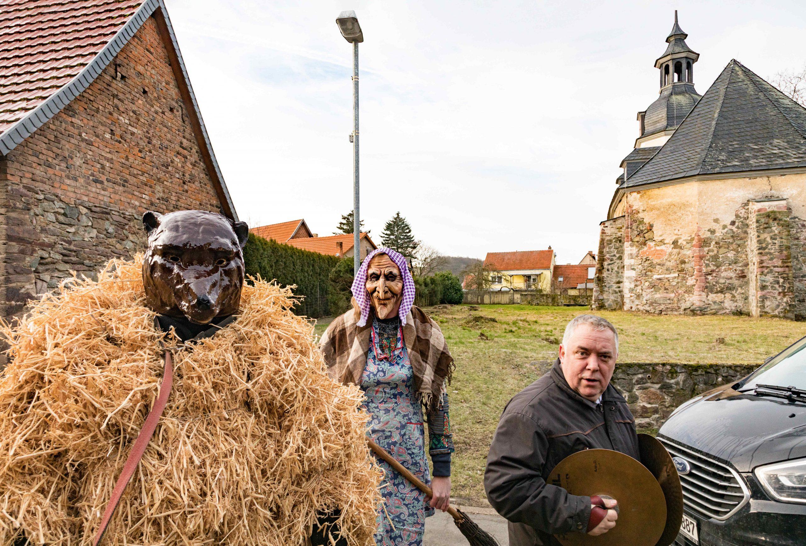 Erbsbär und Hexe beim Umgang. Foto: Matthias Behne