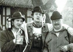 Hartmut Bock (re.) als teilnehmender Beobachter bei der Fastnacht in Breitenfeld 1988. Foto: Archiv Hartmut Bock