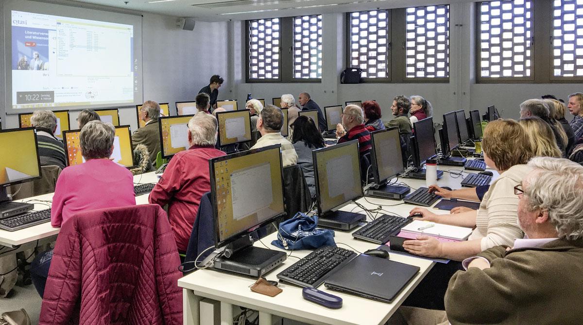 Die Teilnehmerinnen und Teilnehmer des ersten Grundlagenkurses zu Gast im Computerpool der Universitäts- und Landesbibliothek Sachsen-Anhalt, 08. Februar 2020. Foto: LHB