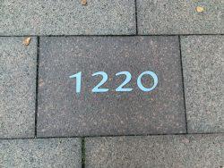 """Jahreszahl 1220 auf dem """"Pfad der Geschichte"""", 1220 wird Brehna erstmals auf einer Urkunde als Stadt bezeichnet. Foto: K. Münchow"""