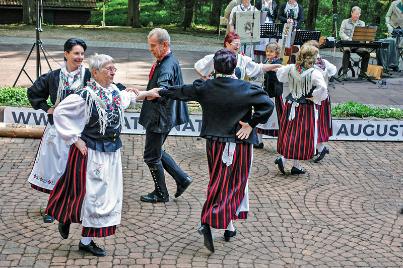 Die Trachtengruppe Benneckenstein tanzt die Sieber'sche Tampête. Foto: L. Wille