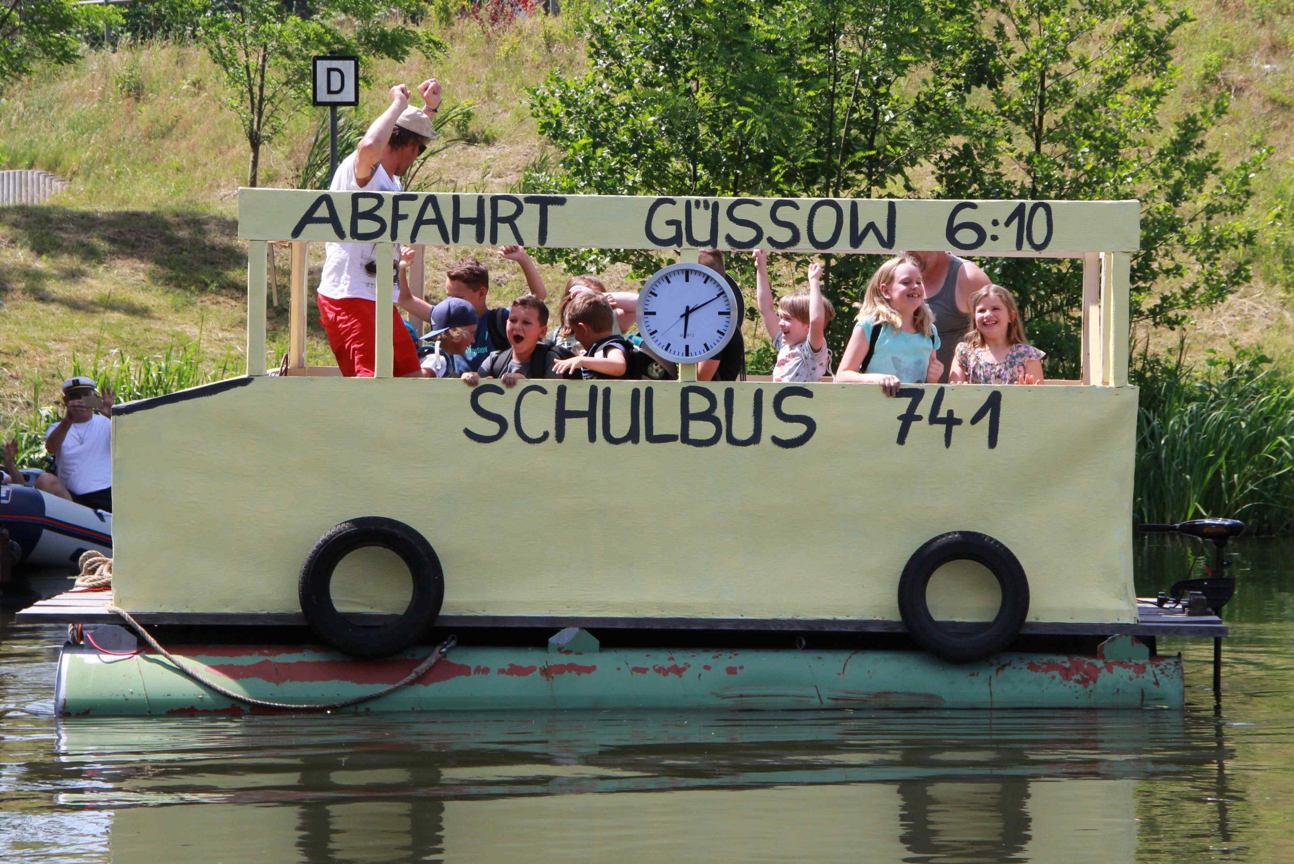 """Brühtrogpaddeln in Roßdorf: Der """"Tüftleralarm"""", eine Konkurrenz phantasievoll gestalteter Wasserfahrzeuge, ist seit 2005 eine weiterer Wettbewerb und Attraktion des Brühtrogrennens, hier: """"Der Schulbusfährt bereits um 6:10 Uhr"""" (Foto: Verein Roßdorf, 2017)"""