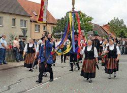 Mit dem Bänderbaum beim Festumzug zur 1050-Jahrfeier am 17. Juli 2011 in Siptenfelde. Foto: Ernst Kiehl