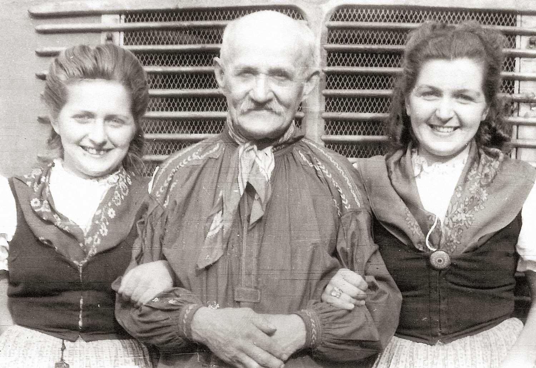 Auf der Fahrt mit dem Harzensemble im Jahr 1948 zu einem Auftritt in Oschersleben. Links Ilse, rechts Adele Neumann, in der Mitte Adolf Keddy, der Mundartsprecher der Trachtengruppe Harsleben. Foto: Werner Hartbrecht