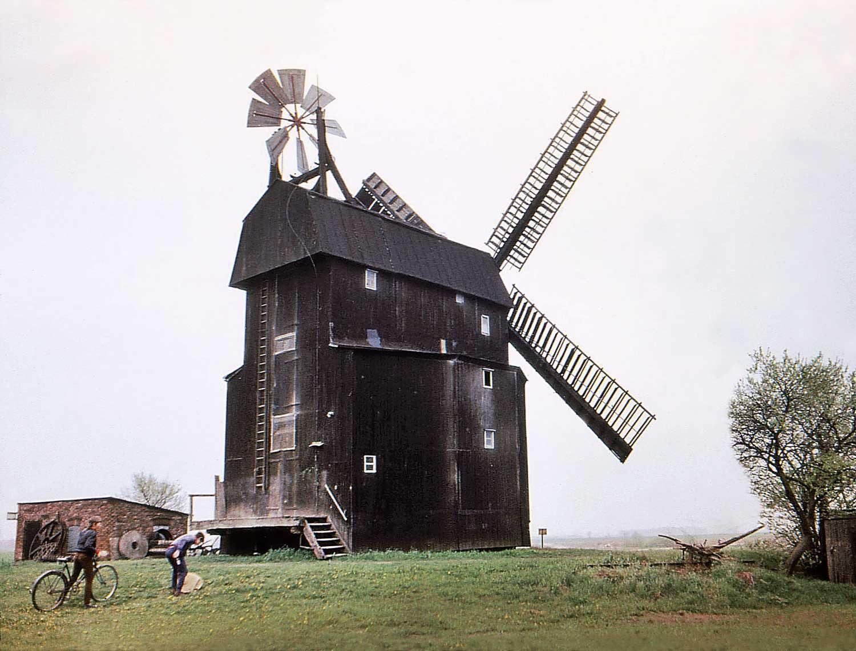 Bild 1: Die Paltrockwindmühle Parey im  Jahre 1974 mit Jalousieflügeln und Windrose; Foto: Siegward Hofmann