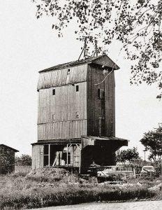 Bild 10: Die Mühle am 20.5.1985 ohne Flügel; der Wellkopf zertrümmert; Bretter fehlen, Autowracks verunzieren das Gelände; Foto: T. Neitzel