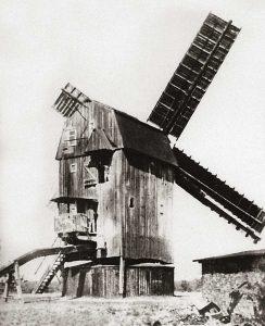Bild 3: Die alte Pareyer Bockwindmühle der Familie Ogen mit Jalousiezeug um 1942; Foto: Archiv der Fam. Ogen