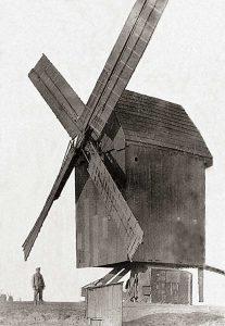 Bild 4: Windmühle Prosigk mit Müller Paul Schulz um 1920; am linken Bildrand sind die Mühlen von Libehna und Repau zu erkennen. Foto: Archiv der Fam. Grabo und Pohle