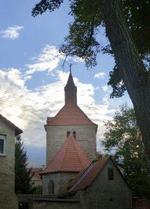 Bennstedt: romanischer Turm mit gotischem Chor; Foto: M. Beitz