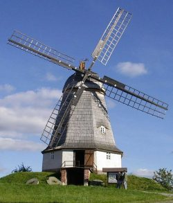 Bild 15: Wiederaufgebaute Kappenwindmühle in Jerichow; Foto H. Bergmann, Köthen
