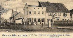 """Der seit dem 18. Jahrhundert existierende Post-Gasthof """"Zum Schwarzen Adler"""". - Postkartenfoto Hotel Zum Schwarzen Adler 1900; Quelle: Ansichts-Postkarte 1900 (Heimatstube Calbe/Saale/ Archiv Zahle)"""