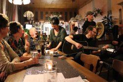 Die Wirtin Simone (i. d. Mitte) sorgt nicht nur dafür, dass Musiker und Gäste gut versorgt sind und gute Laune haben. Auch musikalisch hat sie einiges zu bieten. Foto: Juliane Bischoff