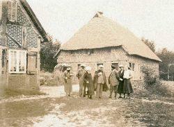 Altmärkischer Bauernhof ca. 1932, Dr. Georg Schulze (mi.) führt Besucher. © Freilichtmuseum Diesdorf