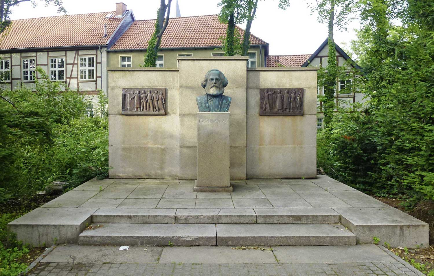 Karl-Marx-Denkmal in Wernigerode, Rudolf Wewerka, 1953, Steinsockel mit Bronzebüste © By Migebert [CC BY-SA 4.0  (https://creativecommons.org/licenses/by-sa/4.0)], from Wikimedia Commons