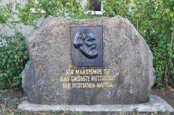 Marx-Denkmal in der Coswiger Luisenstraße, Franz Karl Rothe, 1958, Stein mit Bronzeplatte © John Palatini