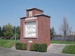 """Die verkleinerte Kopie des Reliefsteins von 1861 beherrscht den """"Denkmalpark"""" an der Posendorfer Spitze (am östlichen Orts-Rand von Reichardswerben). Foto: Günther Schönfelder"""