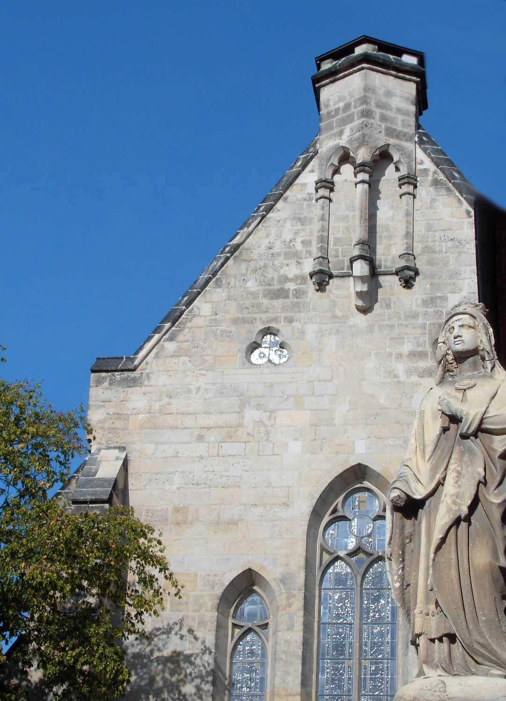 Statue der heiligen Mathilde vor der ihr geweihten Kirche in Quedlinburg. Foto: Thomas Wozniak [Public domain], from Wikimedia Commons