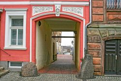 Die halb eingemauerte Mauerbrecher-Kugel am Mühlentor in Calbe/Saale soll der Überlieferung nach aus dem Dreißigjährigen Krieg stammen. Foto: D. Steinmetz